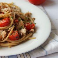 Spaghetti con sardelle e pomodori