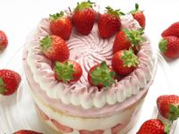 Torta con fragole e crema chantilly