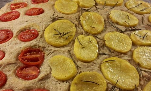 Ricetta Focaccia integrale di farro con patate e pomodori