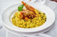 Riso al curry, piselli e scampi
