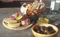 Castagne, salumi e formaggi (merenda altoatesina)