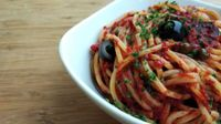 Spaghetti con olive, capperi e pomodorini secchi