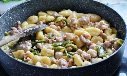 Ricetta Gnocchi con friggitelli e salsiccia